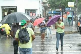 A chuva durou somente alguns minutos no centro da cidade (Foto: Marcos Ermínio)