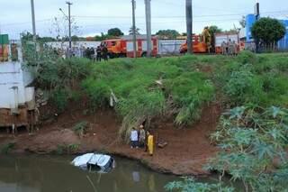 Movimentação de equipes de resgate no local do acidente (Foto: Marina Pacheco)
