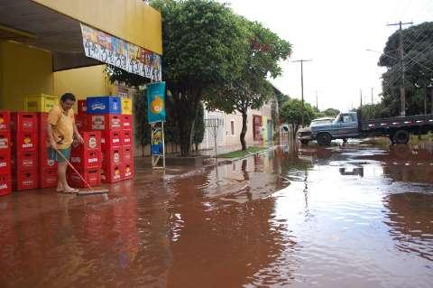 Chuva alaga casas de uma rua inteira no Bairro Santo Antônio