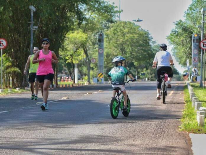 Criança aproveita a pista para gastar energia na bicicleta (Foto: Fernando Antunes)
