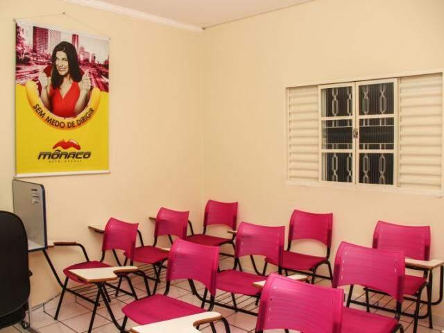 Sala tem rosa de sobra na decoração. (Foto: Fernando Antunes)