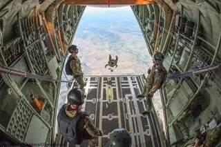 Treinamento de salto-livre dos militares.