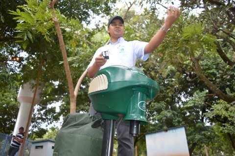 Técnicos mudam local e máquina que suga fêmea do Aedes é instalada no CCZ