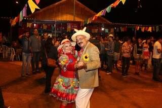 Eleuza e Marco Antônio espantaram o frio dançando um forró