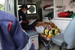 Condutor de automóvel foi encaminhado ao hospital pelo Serviço de Atendimento Móvel de Urgência (Foto: Simão Nogueira)