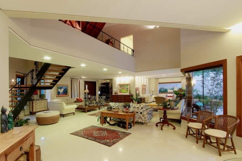 Pavimento superior tem mezanino separando os quartos com vista para a sala. (Foto: Gilson Barbosa)