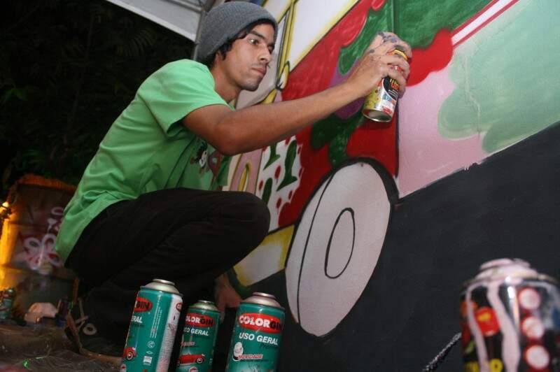 Grafiteiro há 2 anos, Muriel afirma que o grafite e a pichação são formas de protesto. (Foto: Marcos Ermínio)