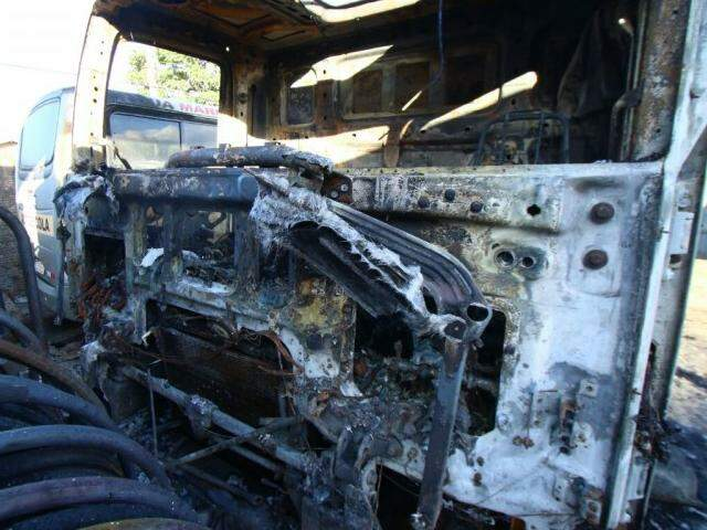 Cabine de caminhão ficou destruída, em uma oficina no Bairro Pioneiros (Foto: André Bittar)