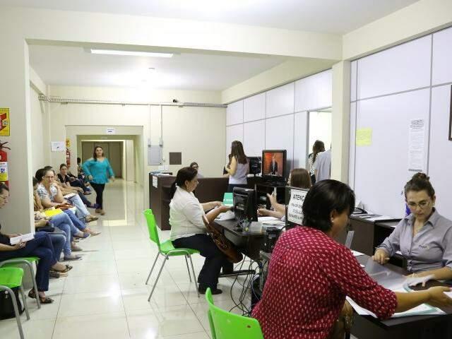 Professores convocados passam por triagem antes do exame médico (Foto: A. Frota)