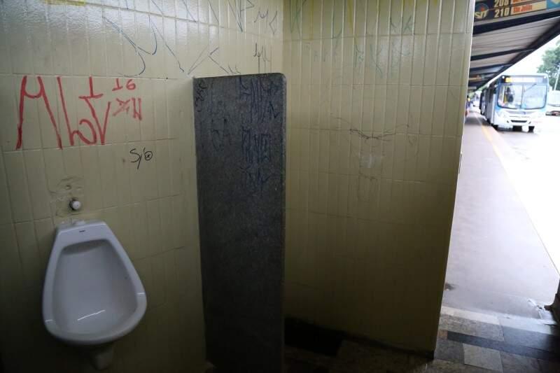 Banheiro masculino do Terminal Nova Bahia. (Foto: Marcos Ermínio)