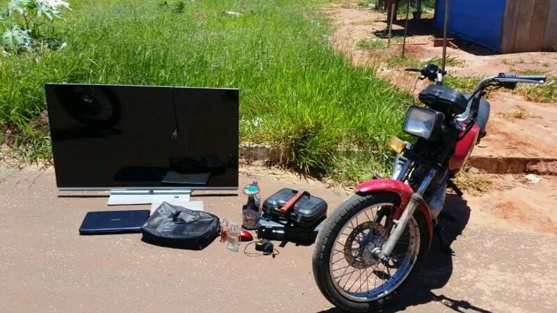 Furadeira, perfume e até moto estavam à venda em bazar de objetos furtados estourado (Foto: Divulgação/PM)
