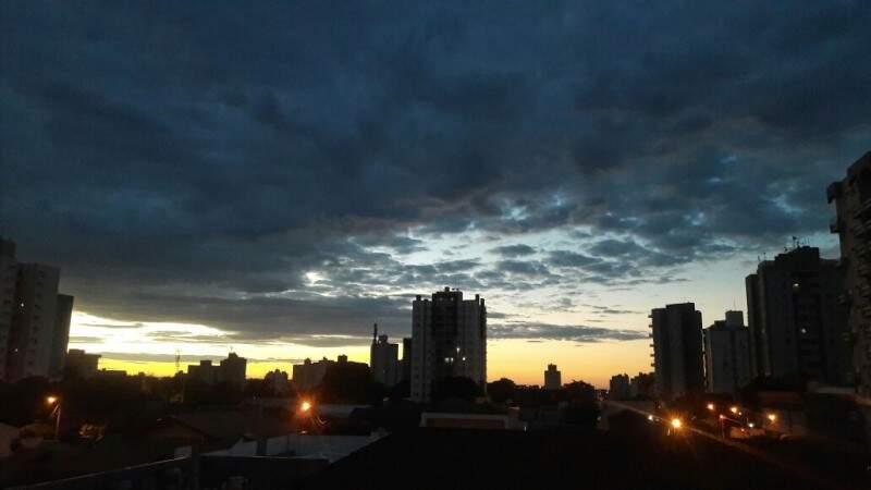 Dia amanheceu entre nuvens na Capital. (Foto: André Bittar)