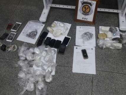 Agentes apreendem 260 litros de bebida artesanal, celulares e drogas na Máxima