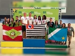 Equipe de MS no pódio da prova de 4x50m medley mista (Foto: Divulgação)