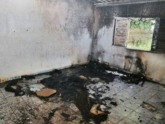 O fogo começou na sala e um sofá foi destruído pelas chamas (Foto: Fernando Antunes)