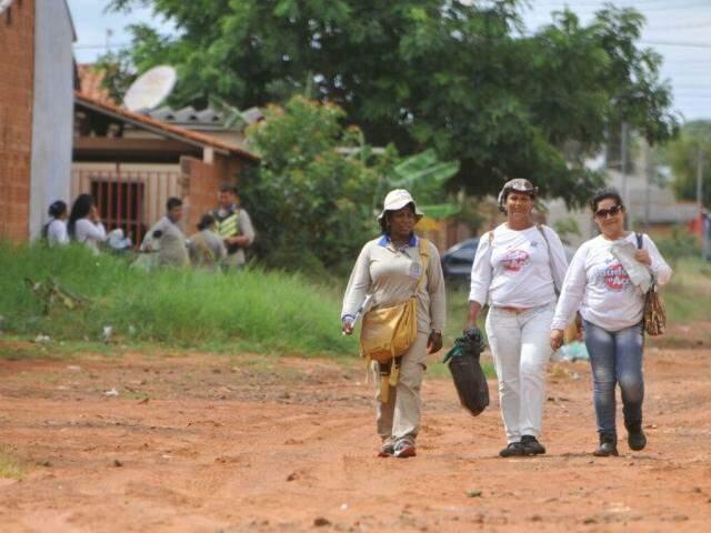 Agentes de saúde estão percorrendo ruas do bairro. (Foto: Alcides Neto)