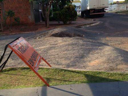 O trabalho começou há 40 dias e, desde então, ruas estão interditadas (Foto: Vanessa Mestriner)