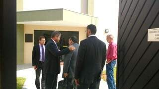 Advogado de Magali Picarelli (segundo à esquerda) e presidente eleito da Seleta (de vermelho), hoje cedo na sede do Gaeco.