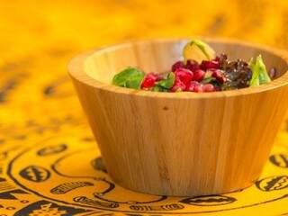 Salada com romã é opção para mesclar com as tradições da época