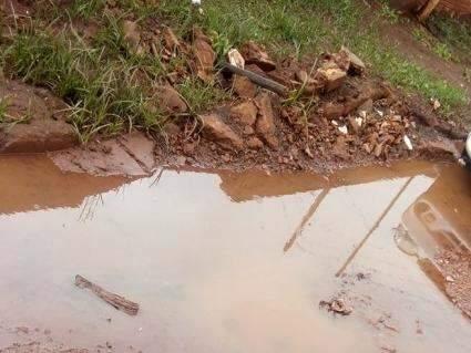 Não bastam buracos: fossas abertas incomodam vizinhos no Aero Rancho
