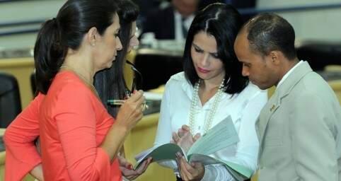 Carla conversando com Grazielle sobre o relatório do PPA (Foto: Izaias Medeiros)