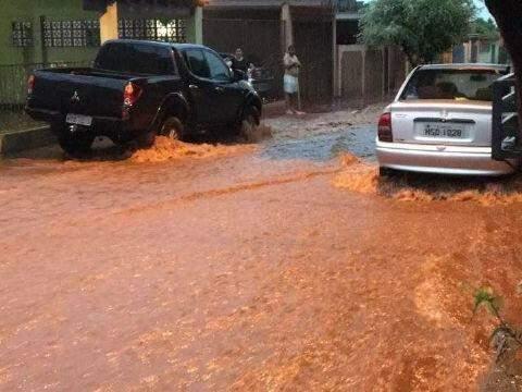 Em Maracaju, a enxurrada atrapalhou o trânsito e invadiu casas (Foto: Tudo MS)