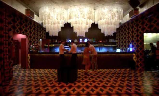 Lustres sobre o bar, outro destaque da arquitetura.