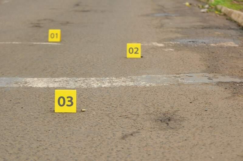 Perícia enumerou quantidade de cápsulas caídas na avenida Ernesto Geisel. (Foto: Alcides Neto)