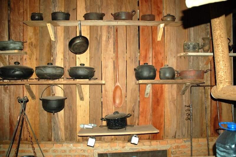 Panelas de ferro na cozinha rústica. (Foto: Arquivo Pessoal)