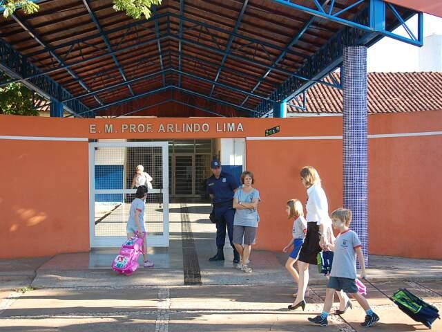 Em frente à escola municipal Arlindo Lima, pais e alunos comentavam os prós e contras do movimento.(Foto: Marlon Ganassin)