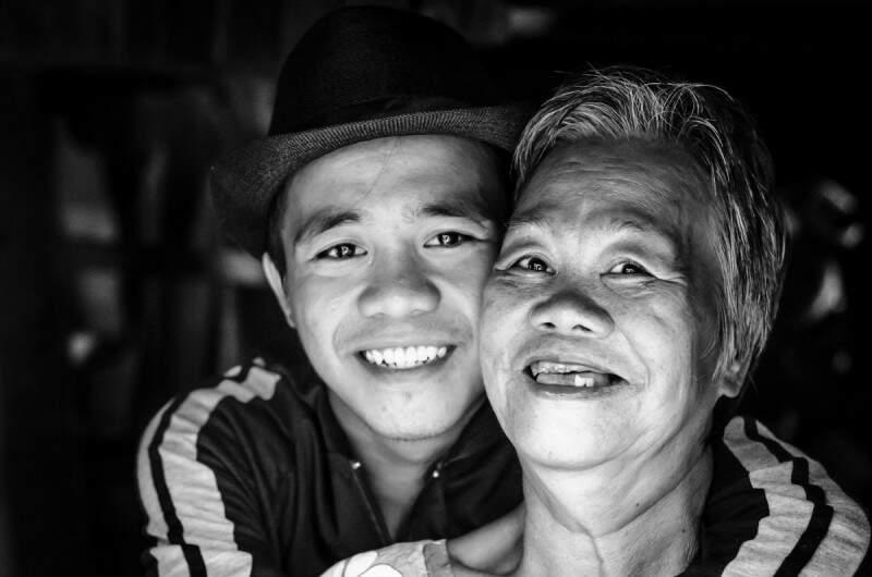 Mãe e filho nas Filipinas. (Foto: Evandro Sudre)
