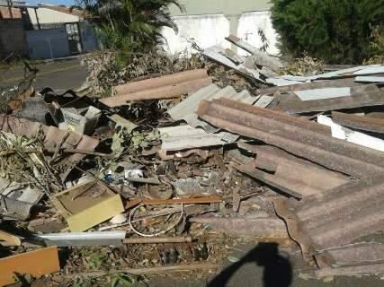 Moradores transformam terreno baldio em lixão e incomodam vizinho