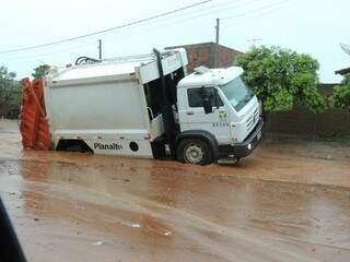 Caminhão caiu em buraco aberto pela chuva (foto: Rádio Caçula)