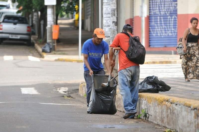 Equipe da Prefeitura, na manhã desta sexta-feira, recolhendo lixo na rua Rui Barbosa. (Foto: Alcides Neto)
