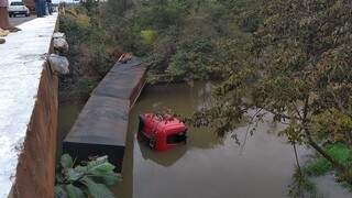 Carreta bitrem parou no Rio São Domingos após caminhoneiro perder controle da direção (Foto: Adilson Domingos)