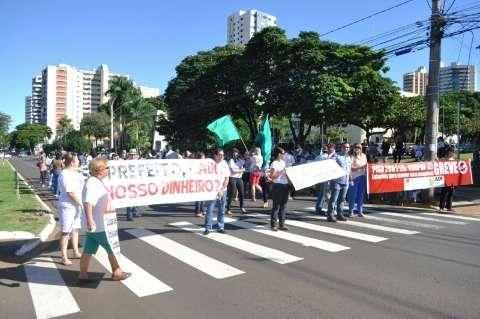 Professores em greve fecham Avenida Afonso Pena e fazem panelaço