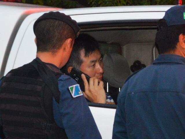 Policial Ricardo Hyun Su Moon minutos após matar empresário a tiros (Foto: Simão Nogueira)