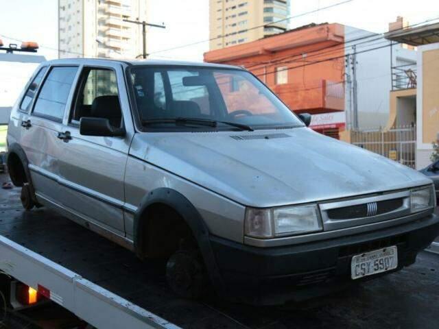 Carro encontrado depenado foi guinchado até a delegacia do Centro (Foto: Fernando Antunes)