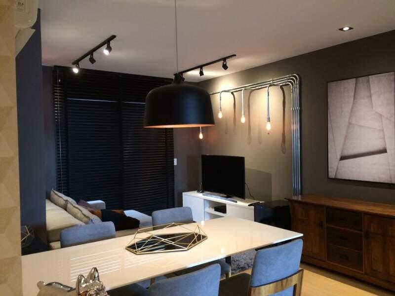 Sala e cozinha tem 36 m² e foi totalmente redecorada (Foto: Silvia Bocchnia )