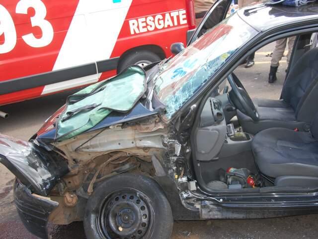 Lateral do Clio ficou completamente destruída (Foto: Elverson Cardozo)