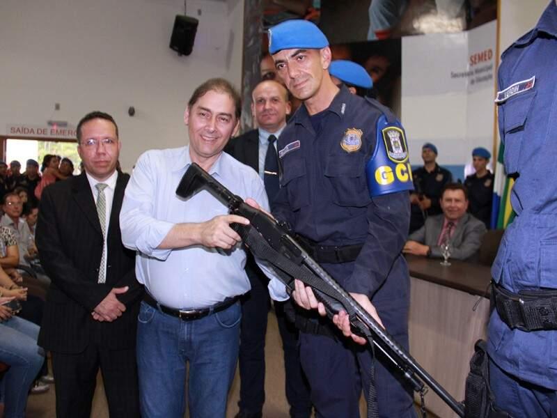 Prefeito Alcides Bernal (esquerda) pagou R$ 400 mil à PM do MS para comprar primeiro lote de armas da história da Guarda Municipal (Foto: Divulgação/Prefeitura de Campo Grande)