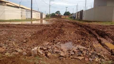 Após chuva, barro toma conta de rua sem asfalto em bairro