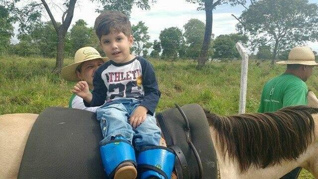 Pequenino, Júnior aprendeu a andar com Mascote. (Foto: Arquivo Pessoal)