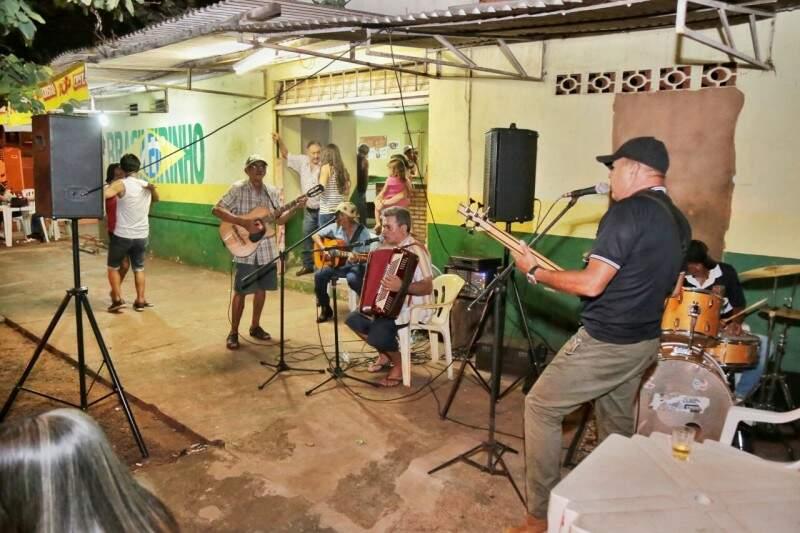 """Bar do Brasileiro tem o grupo """"Chamamézeiros"""""""