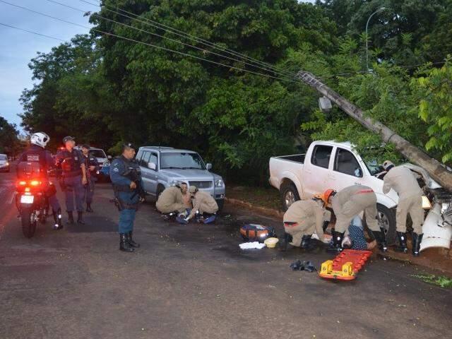 Policiais na hora e local do crime. (Foto: Alcides Neto)