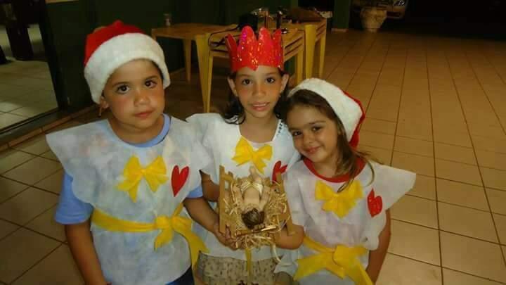 Com o menino Jesus, as crianças João, Ana Luísa e Laiane. Netinhos de Vergulina e Madalena, as irmãs que organizam ceia dos Ferreira. (Foto: Arquivo Pessoal)