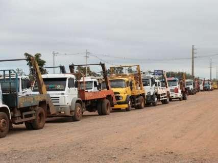 Com caçambas lotadas de entulho, 100 motoristas protestam no aterro