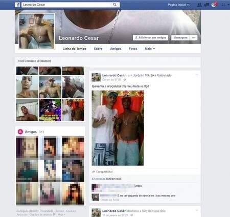 Aparelho celular da marca Samsung, com carregador, foi apreendido. Leonardo, que tem o perfil ativo no Facebook desde 2014, assumiu ser o dono do aparelho. (Foto: Reprodução Facebook)