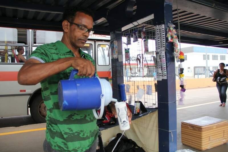 Venda de alimentos dentro de terminal foi regulamentada, mas já era permitida (Foto: Marcos Ermínio/Arquivo)