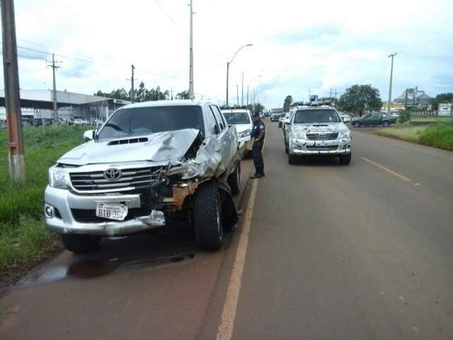 A frente da camionete ficou completamente danificada com a força do impacto. (Foto: Ponta Porã News)